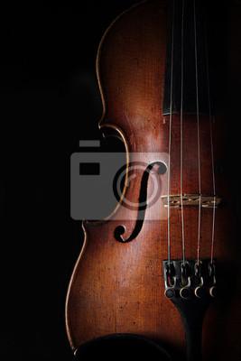 Weinlese-Violine auf dunklem Hintergrund. Detailansicht-Ansicht.