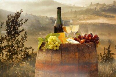 Poster Weißwein mit Fass auf Weinberg in Chianti, Toskana, Italien