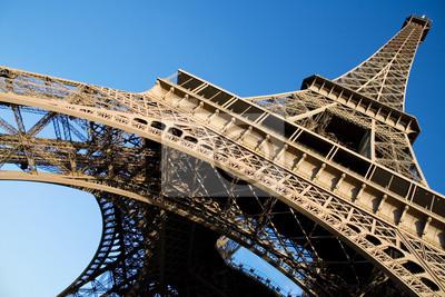 Weitwinkel-Blick auf den Eiffelturm über den blauen Himmel