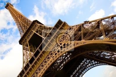 Weitwinkel-Blick auf den Eiffelturm über den blauen Himmel mit Wolken