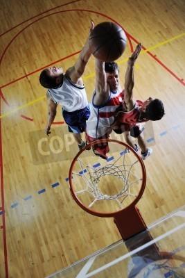 Poster Wettbewerb cencept mit Menschen, die spielen und Übung Basketball sport in Turnhalle