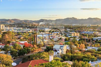 Poster Windhoek reiches resedential Bereich Viertel auf den Hügeln mit Bergen im Hintergrund, Windhoek, Namibia