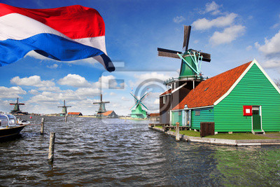 Windmühlen mit Flagge von Holland in Zaanse Schans