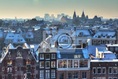 Winter Skyline von Amsterdam, den Niederlanden, mit Schnee auf den Dächern. Blick Richtung Süden mit dem Rijksmuseum am Horizont