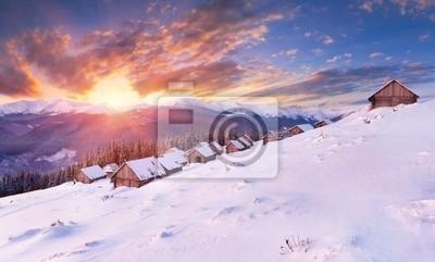 Winter Sonnenaufgang in den Karpaten