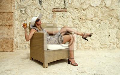 wohlhabende Frau auf einem Korbstuhl