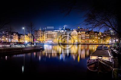 Wohnen am Wasser. Alte Stadt Amsterdam Kanal Häuser in einem blauen, hellen Winterabend.