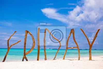 Word-Freitag aus Holz auf der Insel Boracay Hintergrund türkis