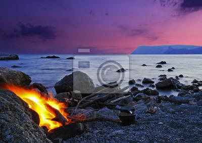Wunderbare Landschaft mit Lagerfeuer am Strand bei Sonnenuntergang in Cr