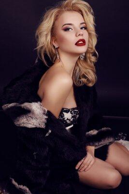 Poster Wunderschöne Frau mit blonden Haaren trägt luxuriöse Kleid, Pelz und Bijou