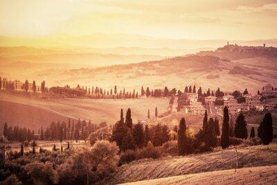 Poster Wunderschöne Toskana Landschaft mit Zypressen, Bauernhöfen und kleinen mittelalterlichen Städten, Italien. Weinlese-Sonnenuntergang