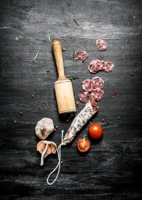 Poster Würzige Salami mit Tomaten und Knoblauch.