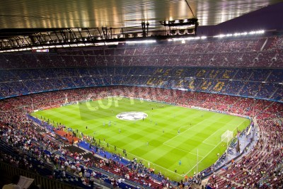 Poster BARCELONA - 13. SEPTEMBER: Masse der Leute im Camp Nou-Stadion vor dem Champions-League-Spiel zwischen dem FC Barcelona und AC Mailand, Endstand 2-2, am 13. September 2011 in Barcelona, Spanien.