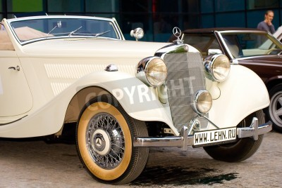 Poster Moskau - Mai 15: Weinlese-Mercedes-Benz 320 Cabriolet A (1939) Mercedes auf Ausstellung im �Mercedes-Benz Classic Day-2010�, massiven Oldtimer-Rallye, Moskau, Russland, am 15. Mai 2010