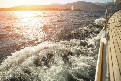 Poster Yacht, Meer über Bord, Segelregatta bei Sonnenuntergang.