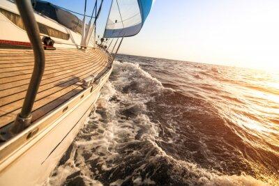 Poster Yacht Segeln in den Sonnenuntergang. Luxusyachten.