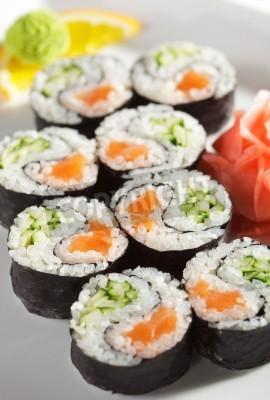 Poster Yin Yang Maki Sushi - Roll von frischen Lachs und Gurke im Inneren. Nori außerhalb
