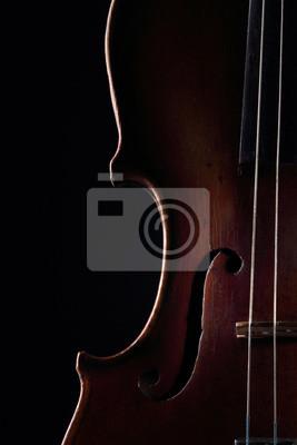 Zerkratzt Violine auf dunklem Hintergrund. Detailansicht-Ansicht.