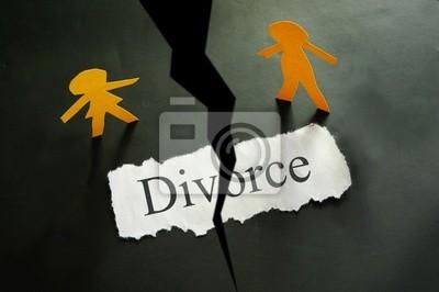 zerrissenes Stück Papier mit Text und Papier Scheidung paar Zahlen