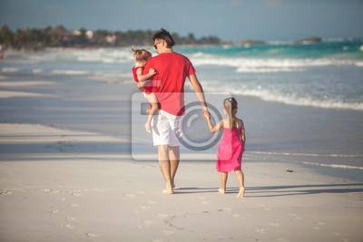 Zurück junger Vater und seine süße Tochter zu Fuß entlang
