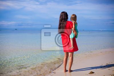 Zurück von Mutter und ihre kleine Tochter Blick auf das Meer