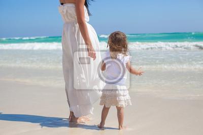 Zurück von Mutter und seine kleine Tochter, Blick auf das Meer