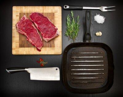 Poster Zusammensetzung mit rohen Rippe und Küche Werkzeuge auf schwarzem Holz