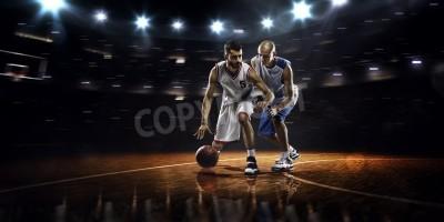 Poster Zwei Basketball-Spieler in Aktion in der Turnhalle in Lichter