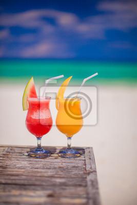 Zwei Cocktails: frische Wassermelone und Mango auf dem Hintergrund der