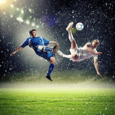 Poster zwei Fußballspieler Schlagen des Balles
