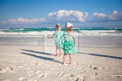 Zwei kleine Schwestern läuft am tropischen Strand in Mexiko an sonnigen