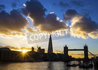 A Dämmerung Zeitansicht der London silhouetting berühmten Sehenswürdigkeiten, einschließlich der Tower Bridge und dem Shard.