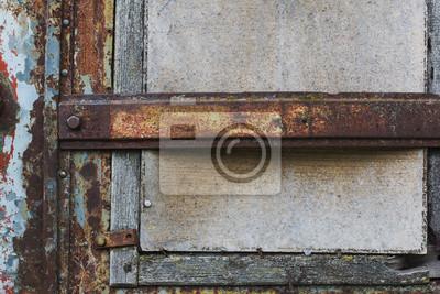 Alte Fenster geschlossen mit Sperrholz und rostigen Träger