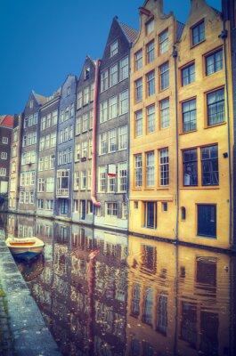 Sticker Amsterdam im Frühjahr. Häuser sind entlang der Kanäle.