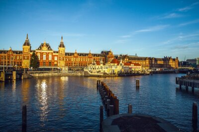 Sticker AMSTERDAM, NIEDERLANDE - 15. Januar, 2016: Berühmte Gebäude der Innenstadt von Amsterdam close-up bei Sonne eingestellt Zeit. Allgemeine Landschaftsansicht. Amsterdam, Niederlande.