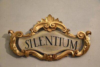 Anmelden mittelalterliches italienisches Kloster mit lateinischem Wort: Silentium bedeutet Stille