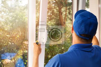 Sticker Arbeiter installieren neue Kunststoff-PVC-Fenster