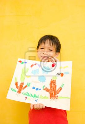 Asian Boy zeigt seine Kunst