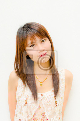 asiatisch niedliche Mädchen lächelnd auf weißem Hintergrund