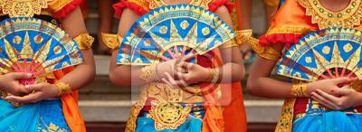 Sticker Asiatischer Reisehintergrund Gruppe von schönen balinesischen Tänzerinnen in traditionellen Sarong Kostümen mit Fans in Händen tanzen Legong Tanz. Kunst, Kultur der indonesischen Leute, Bali-Insel-Fes