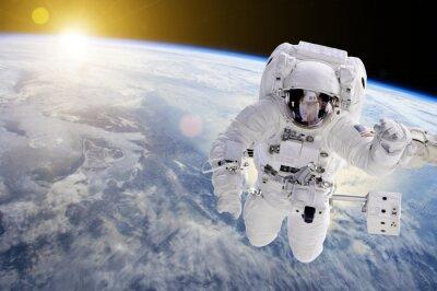 Sticker Astronaut im Weltraum, im Hintergrund unsere Erde und die Sonne - Elemente dieses Bildes von der NASA eingerichtet