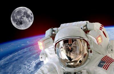 Astronaut Raumfahrer isoliert Helmraum selfie Erde Mond. Elemente dieses Bildes von der NASA eingerichtet.