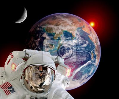 Astronaut Spaceman isoliert Helm Weltraum Erde Globus Mond Sonnenaufgang. Elemente dieses Bildes von der NASA eingerichtet.