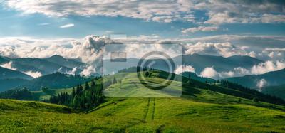 Sticker Atemberaubendes Panorama der wilden Natur des Morgens hoch in den Bergen