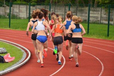 Athlet Frau Gruppe läuft auf Leichtathletik Rennstrecke auf Fußballstadion und Vertretung Wettbewerb und Führung Konzept im Sport