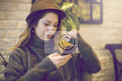 Attraktive, stilvolle Frau SMS Nachricht im Café