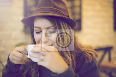 Attraktive, stilvolle Frau trinkt Kaffee im Café