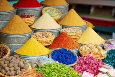 Sticker Auswahl der Gewürze auf einem marokkanischen Markt