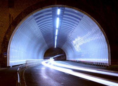 Sticker Auto leuchtet in einem Tunnel, Stadt bei Nacht.