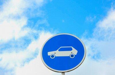 Auto Zeichen gegen blauen Himmel Hintergrund